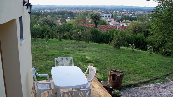 la terrasse et sa vue sur le Lauragais et le lycée du meuble